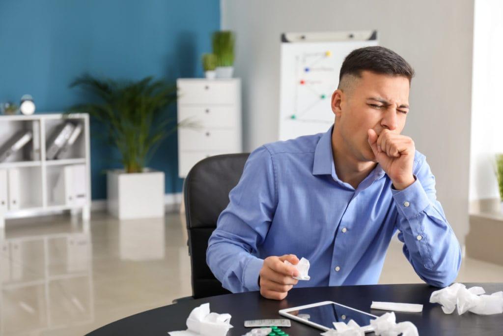 Kranker Mann im Büro