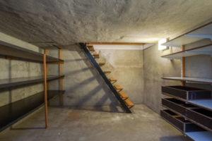 Keller mit Holztreppen