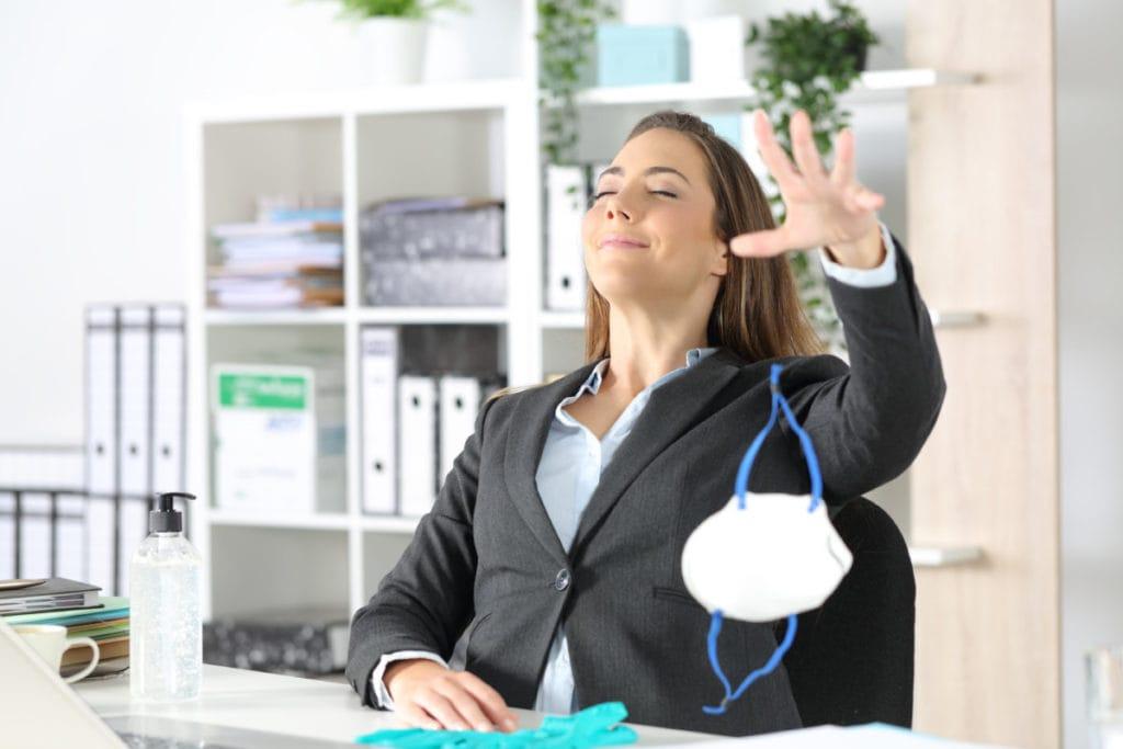 Frau ohne Maske im Büro